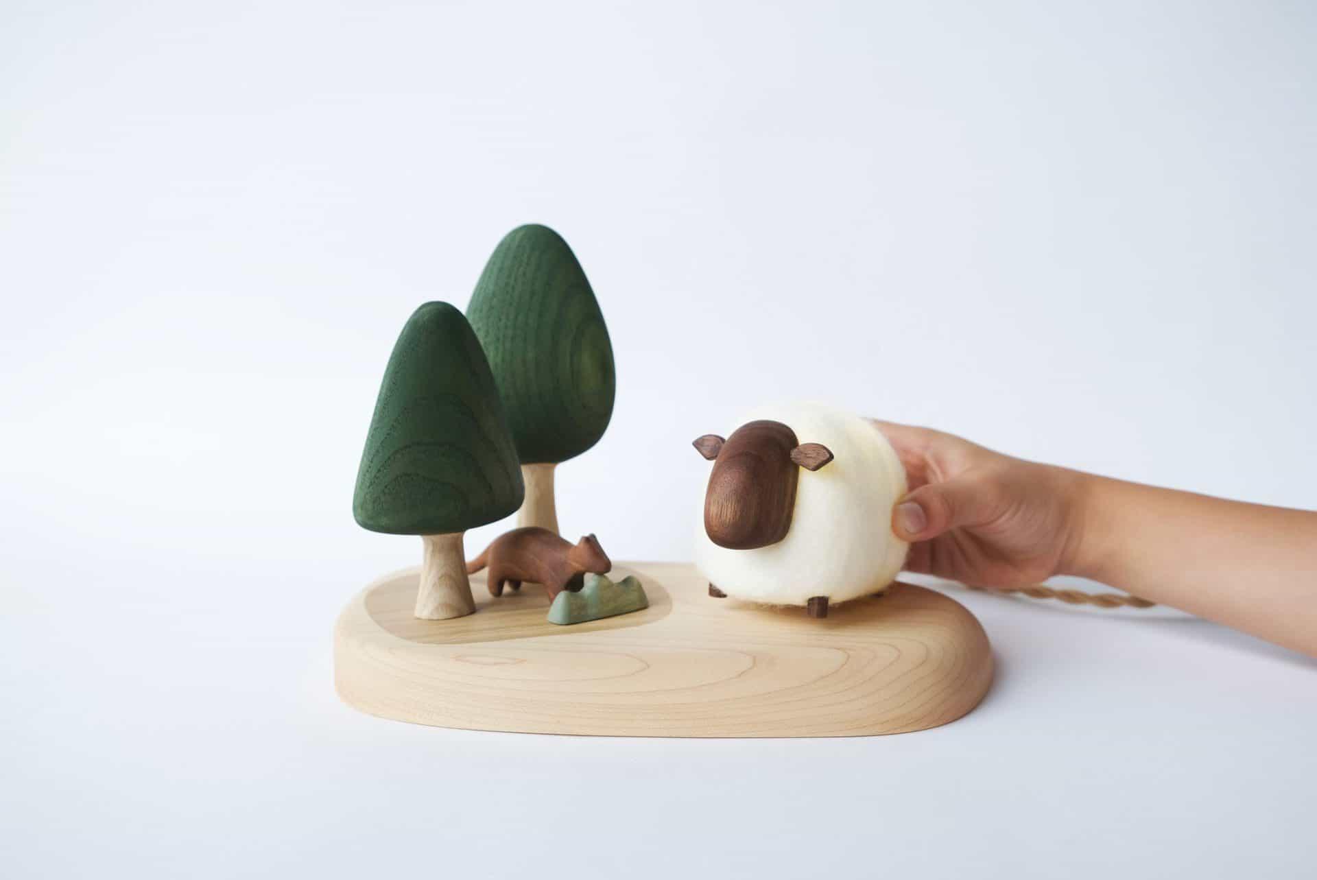 森林裡的羊-l-互動式木質燈飾_圖片提供/MoziDozen木子到森3 木作+燈具,電燈開關和木頭的結合就像是解謎的過程
