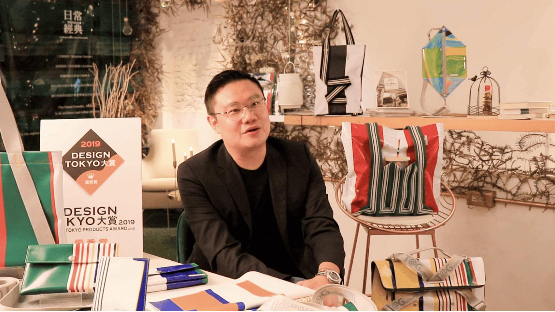 日常經典創辦人 Andrew,與品牌推出的帆布包款。 ( 圖片來源:SHOPLINE 電商教室 )