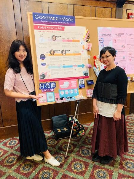 「望月女子谷慕慕」創辦人合影_2019 飛往美國參與兩年一度的世界月經大會 2019年兩位創辦人甚至自費飛往美國參與兩年一度的「世界月經大會」,跟來自世界各地的月經倡議者齊聚一堂,分享台灣由使用者發起的獨特生理用品產業發展經驗。這兩年,谷慕慕也持續舉辦實體活動「月月聚」,讓大家每個月有暢談月經的聚會場合。