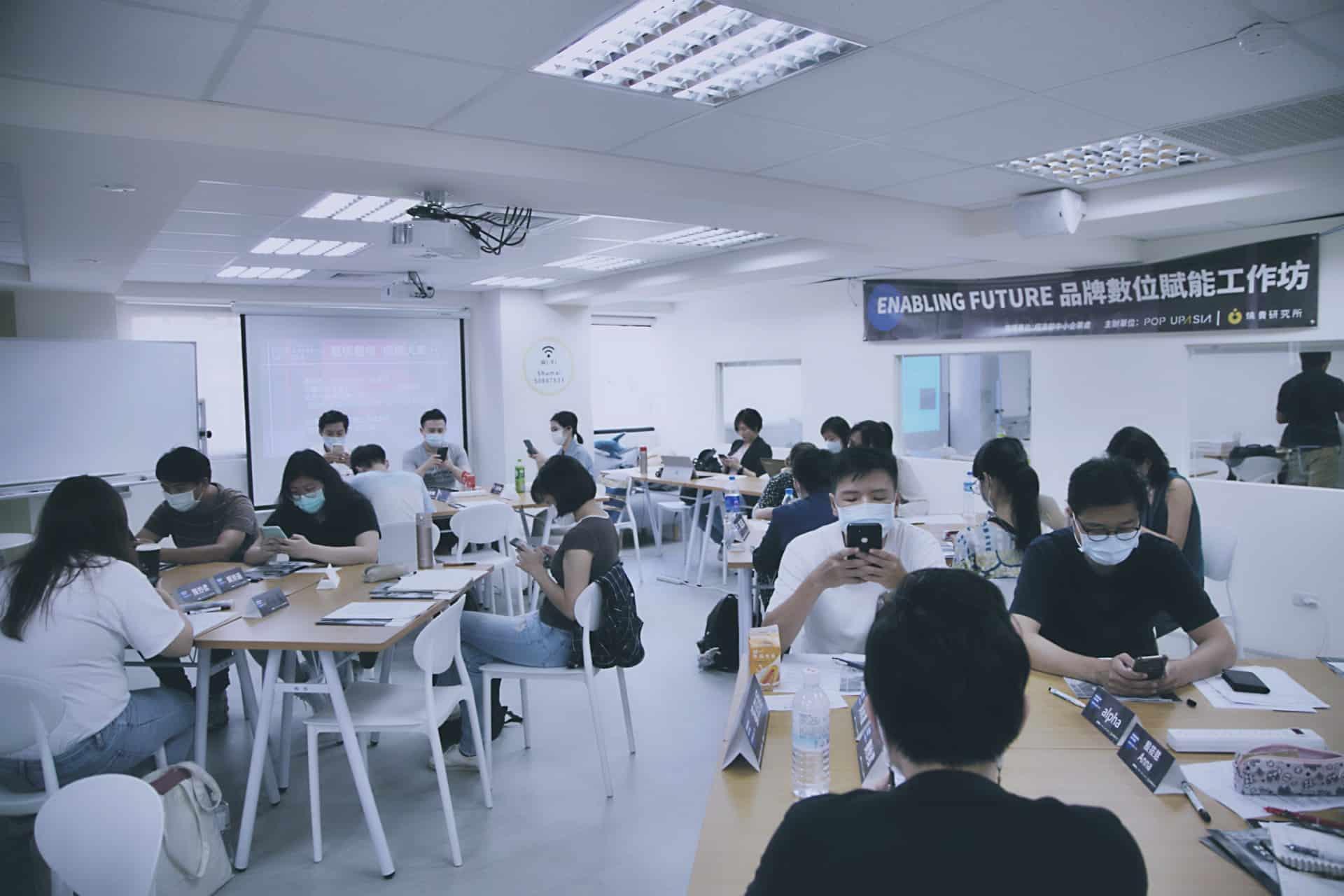 教室座落在明亮三面窗戶的燒賣研究所